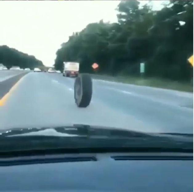 ΗΠΑ: Αδέσποτο λάστιχο αυτοκινήτου με τρελή ταχύτητα προκάλεσε τρομακτικό