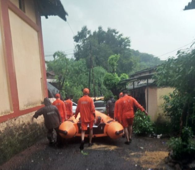 NDRF takes boats to the site where the Mahalaxmi Express was