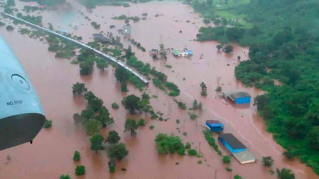 Ινδία: Δραματική επιχείρηση διάσωσης 700 επιβατών τρένου που αποκλείστηκε σε