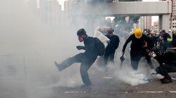 Χονγκ Κονγκ: Η αστυνομία «πνίγει» διαδηλωτές με δακρυγόνα σε «απαγορευμένη»