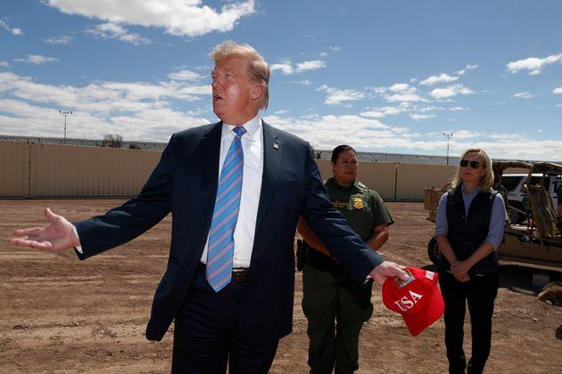 Photo d'archives de Donald Trump alors qu'il visitait une nouvelle section du mur frontalier avec le...