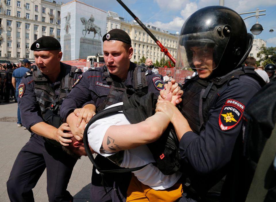 Ρωσία: Εκατοντάδες συλλήψεις διαδηλωτών που ζητούσαν ελεύθερες