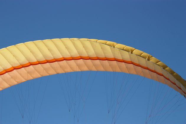Un pilote déploie son parachute avant l'écrasement de son avion sur la