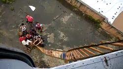 En Inde, les passagers d'un train bloqué par les inondations sauvés par