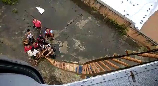 Près de Bombay, les passagers d'un train bloqué par la montée des eaux ont dû...