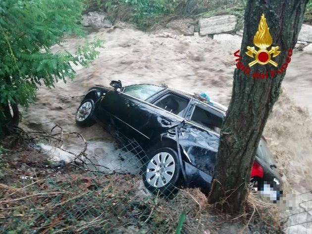 Il maltempo flagella Arezzo, morto anziano travolto con l'auto dalla