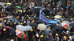 Migliaia protestano nel cuore commerciale di Hong Kong, sfida alla