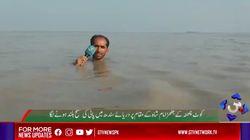Πακιστάν: Δημοσιογράφος βούτηξε ολόκληρος στα λασπόνερα για τις ανάγκες του