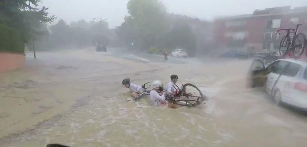 Ciclistas a remojo por las inundaciones en la Vuelta al