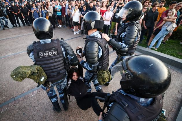 Selon l'ONG OVD-Info, qui suit les manifestations en Russie, près de 1400 opposants au régime...