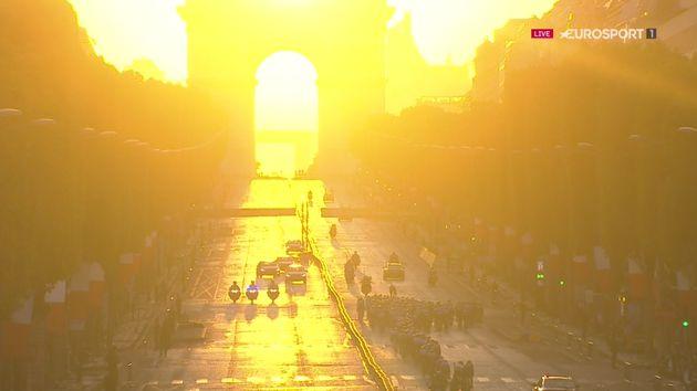 C'est sous un coucher de soleil somptueux que les coureurs du Tour de France ont disputé le final...