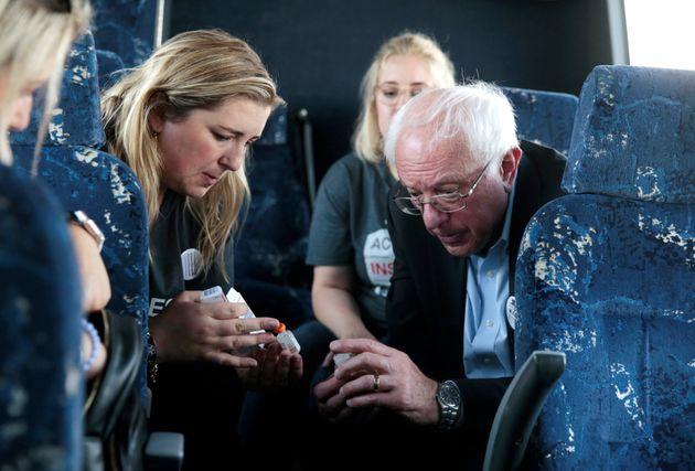 Le sénateur américain Bernie Sanders s'entretient avec Quinn Nystrom, alors qu'ils retournaient...