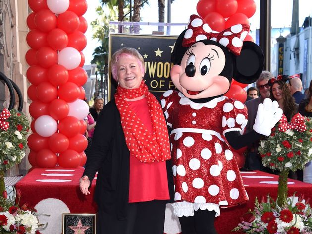 ミニーマウスと並んで笑顔を見せる声優のルシー・テイラーさん