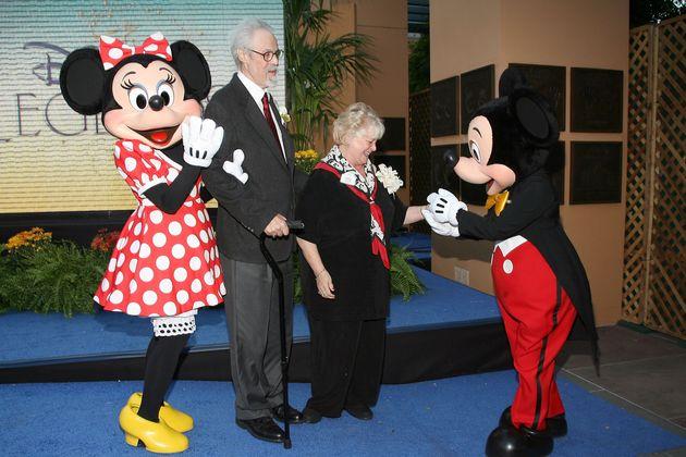 ミッキーマウスとミニーマウスに囲まれるルシーさん(左から3番目)と、1977年からミッキーマウスの声を担当していたウェイン・オールウィンさん(左から2番目)。2人は91年に結婚し、夫婦となった