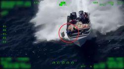 La scena da film dei trafficanti di droga: fuggono e gettano la cocaina in mare