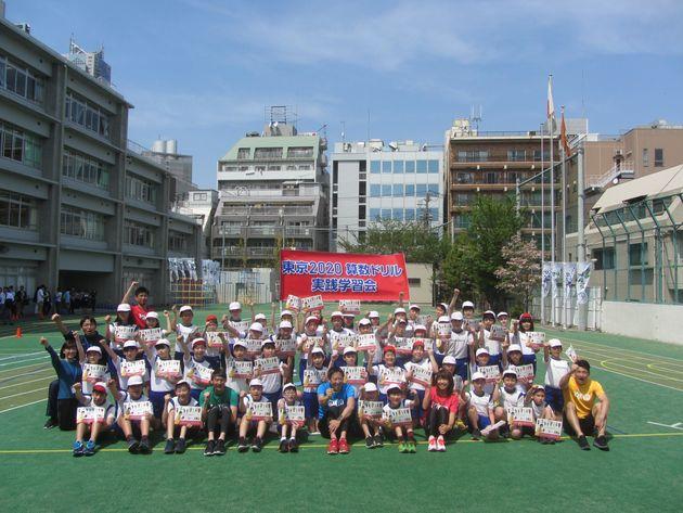 東京オリンピック・パラリンピック組織委員会が実施競技を題材に製作した小学6年生向けの「算数ドリル」を使った実践学習会=2018年4月、東京都渋谷区