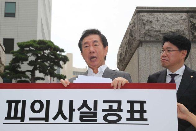 김성태 자유한국당 의원(왼쪽)이 23일 오전 서울 양천구 서울남부지검 앞에서 케이티(KT)에 딸을 부정 채용시킨 혐의로 자신을 수사한 검찰 관계자들을 규탄하는 1인 시위를 벌이고