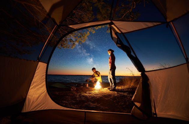 Cosa serve per un campeggio? Tenda, sacco a pelo, pentole: gli