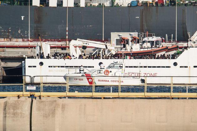 La Gregoretti resta ormeggiata con i migranti a bordo, Berlino si fa avanti: