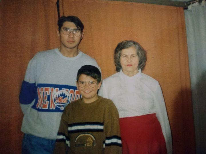 Adis, accompagné de son grand-frère et de sa grand-mère.
