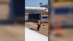 Lo steward in aeroporto balla scatenato e diventa l'idolo dei passeggeri