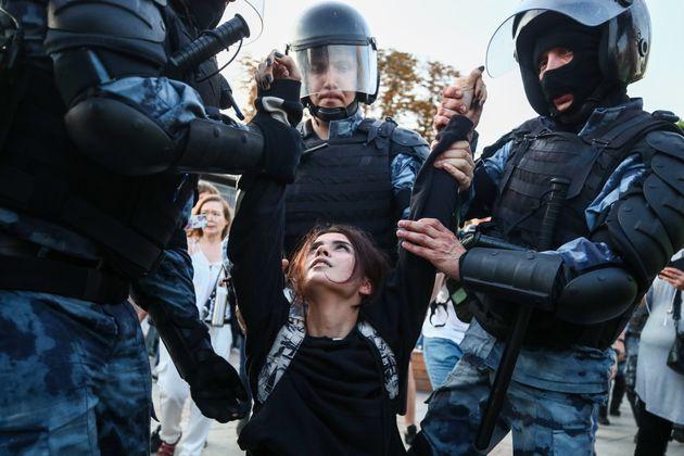 Durant une manifestation interdite par les autorités, samedi 27 juillet à Moscou, des centaines...