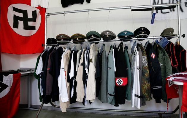 ベルリンの警察が没収し、公開したナチスの制服とハーケンクロイツの旗(ベルリン、2014年9月撮影)