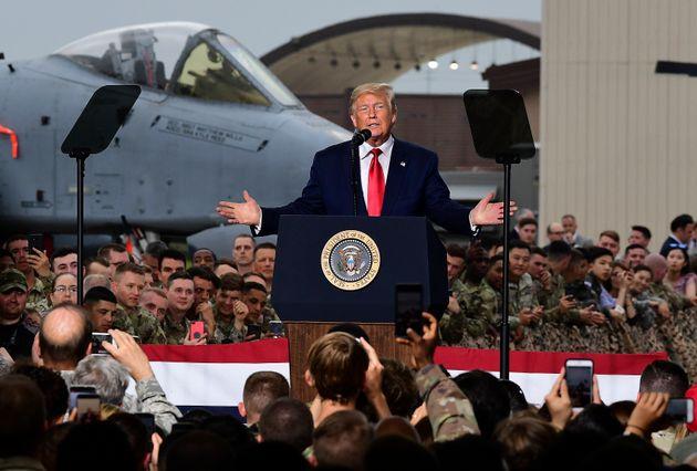 도널드 트럼프 미국 대통령이 오산 공군기지에서 미군 장병들 앞에서 연설하고 있다. 2019년