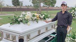 김사무엘이 사망한 부친의 묘소를
