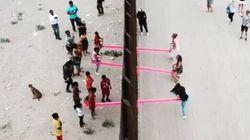 Un architetto ha installato altalene sul muro di confine per far giocare bimbi americani e