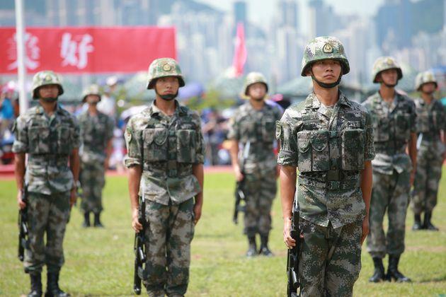 중국 정부가 홍콩 시위에 인민해방군을 투입할 가능성을 언급하고 있다. 사진은 스톤커터스섬 기지에 배치된 인민해방군 소속 군인들이 부대 공개 행사를 맞아 시민들에게 훈련 모습을 공개하는...