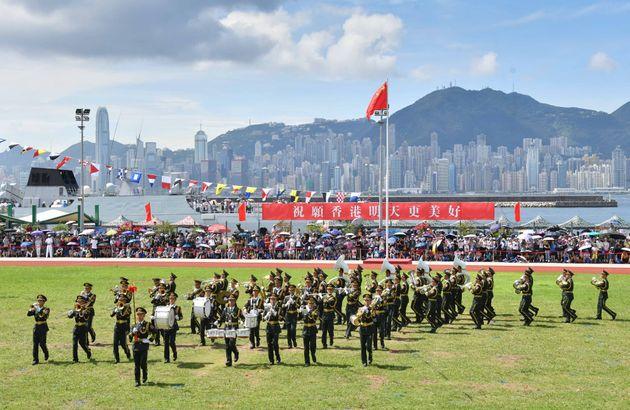 스톤커터스섬 기지에 배치된 인민해방군 소속 군인들이 부대 공개 행사를 맞아 시민들에게 훈련 모습을 공개하고 있다. 홍콩, 2019년