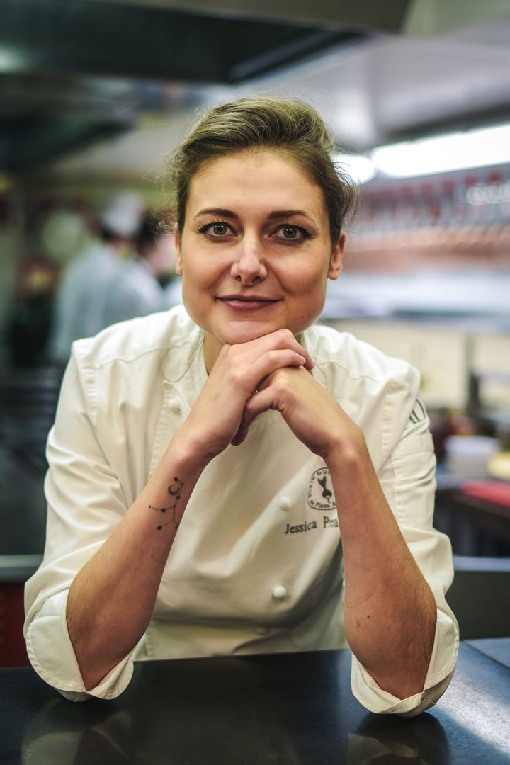 Jessica Préalpato dans les cuisines du Plaza Athénée du chef Alain Ducasse.