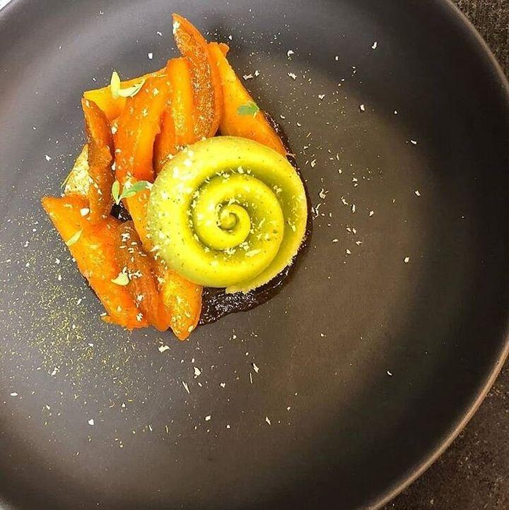 """Le dernier dessert de Jessica Préalpato, Abricot/Rue. La Rue est un arbrisseau également appelé """"rue officinale"""" ou """"rue fétide"""" pour son goût parfois amer. C'est une plante condimentaire aux vertus médicinales."""