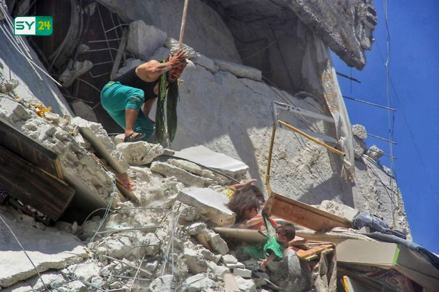 Tuqa y Rauan, atrapadas en los escombros, ante la mirada angustiada de su padre, el pasado 24 de julio...