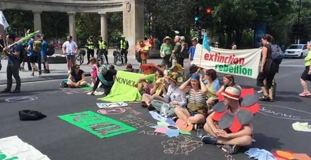 Le groupe Extinction Rébellion Québec ont fait un «sit-in» au coin des rues...