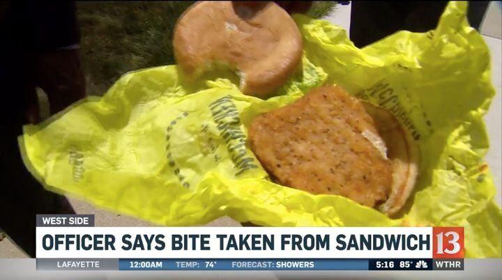 """Registro do sanduíche com """"mordidas"""", cedidas pelo policial que acusou McDonald's."""