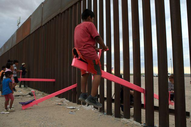 États-Unis: des balançoires pour rapprocher les enfants à la frontière