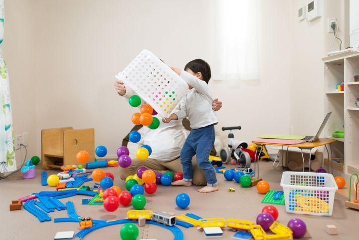 子供が家でおもちゃを散らかす様子 イメージ写真