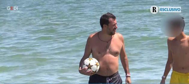 Ο γιος του Σαλβίνι διασκεδάζει στη θάλασσα με τζετ-σκι της αστυνομίας. Σάλος στην