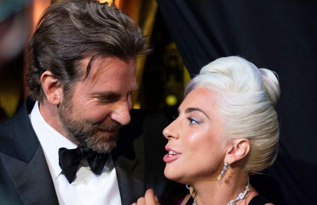 Lady Gaga, pillada besándose en público y no es con Bradley