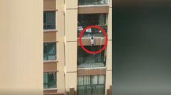 Bimbo di 3 anni cade dal sesto piano. La folla lo salva con una coperta