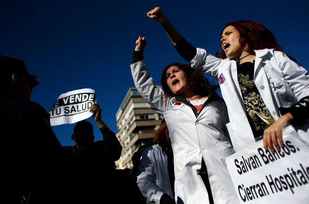 Imagen de archivo de personal sanitario protestando contra la privatización de la sanidad durante...