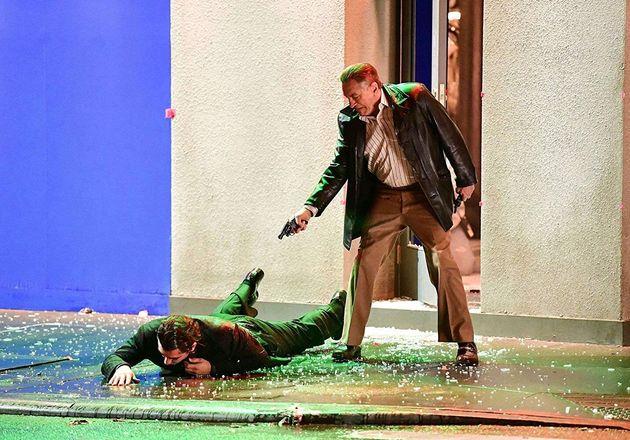 Robert De Niro éFrank Sheeran, um veterano daSegunda Guerra Mundial que vira assassino...