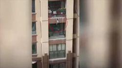 Κίνα: Αγοράκι έπεσε από τον 6ο όροφο και σώθηκε χάρη σε ένα