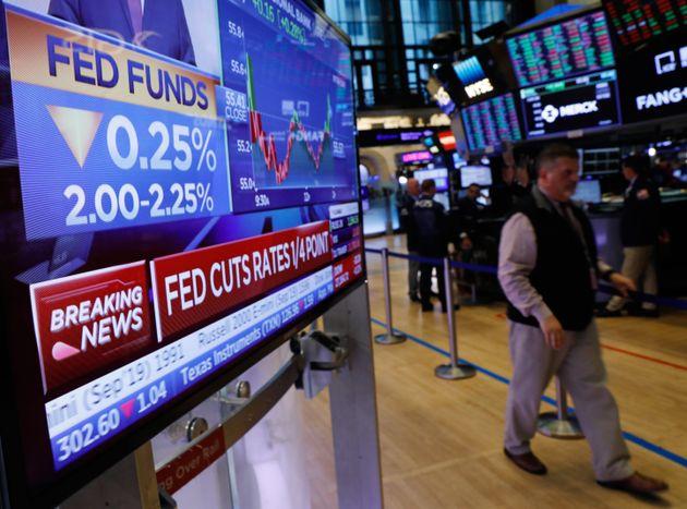 뉴욕증권거래소(NYSE)에 설치된 TV에서 미국 연방준비제도의 금리 인하 소식이 흘러나오고 있다. 뉴욕, 미국. 2019년