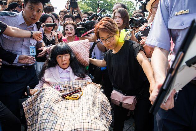 れいわ新選組から比例代表で当選した木村英子さんが初登院した=2019年8月1日午前9時3分、国会正門前