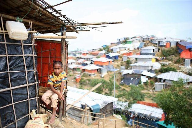 起伏の激しい土地に簡易住居が密集して立てられている難民キャンプ=2018年8月、バングラデシュ南東部コックスバザール、朝日新聞社撮影