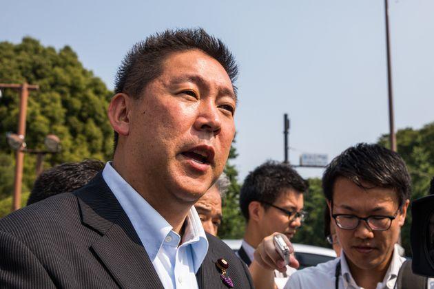初登院し、報道陣からの質問に答えるN国党の立花孝志代表=8月1日午前8時55分、国会正門前