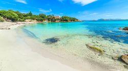 10 τόνοι χαλαζιακής άμμου που είχαν αφαιρέσει τουρίστες επιστρέφουν στις παραλίες της